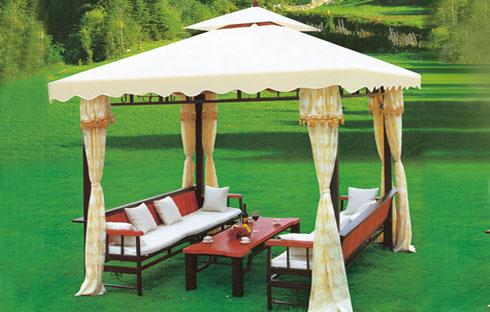 Thiết kế ngoại thất sân vườn với bàn ghế gỗ đẹp