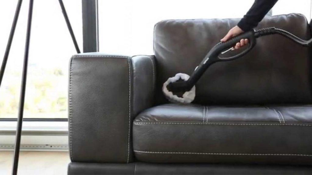 Cách làm sạch ghế sofa da thật từ máy hút bụi